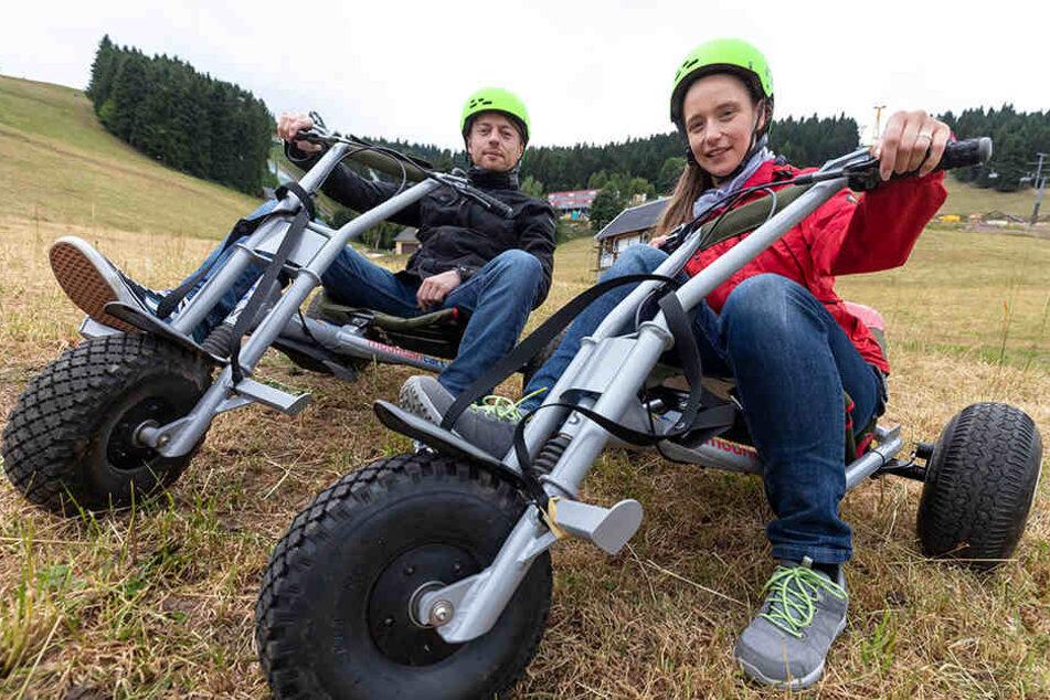 """""""Ein irres Gefühl"""": In Oberwiesenthal testeten die beiden am Fichtelberg die Abfahrt mit einem der neuen dreirädrigen Mountain Carts."""