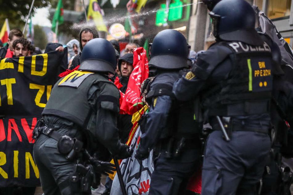 Stuttgart: Polizisten sprühen bei einer Demonstration Pfefferspray auf Demonstranten. Bei der Demo gegen den Angriff der türkischen Armee auf Nordsyrien gerieten am Ende Kurdische Demonstranten an die Polizei.