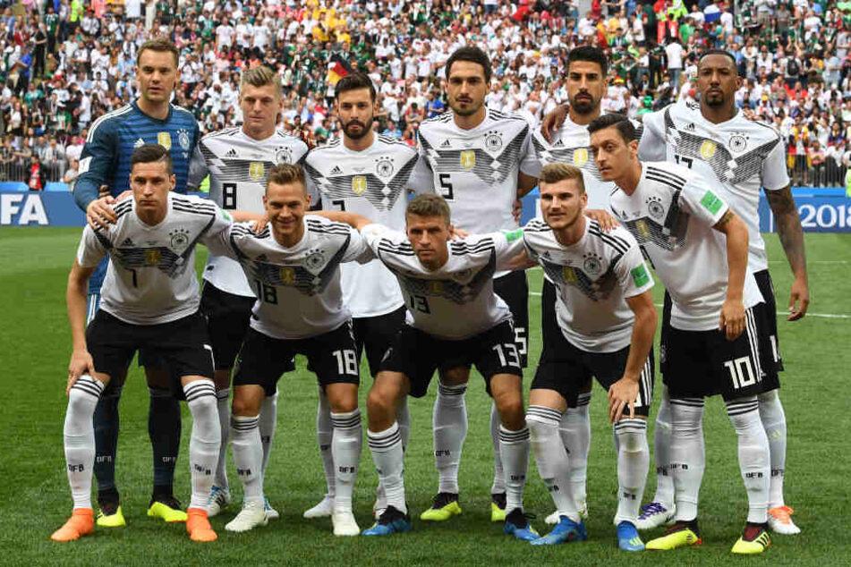 Eine geschlossene Einheit beim Mannschaftsfoto, doch mit dem Anpfiff war davon nichts mehr zu sehen.