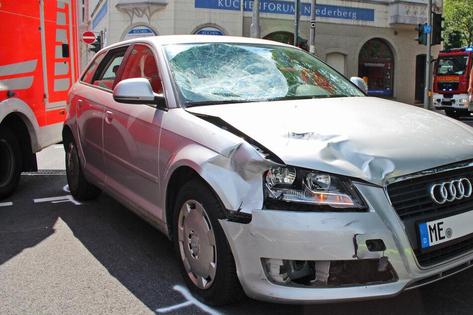 Die Windschutzscheibe des Audis war nach dem Zusammenprall mit dem Roller-Fahrer (16) stark demoliert.
