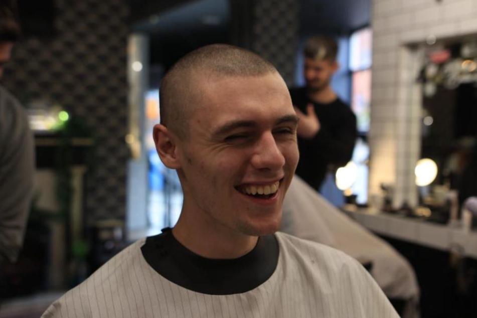 Für 1000 Pfund ließ sich Adrian die Haare für seine Verlobte abrasieren.