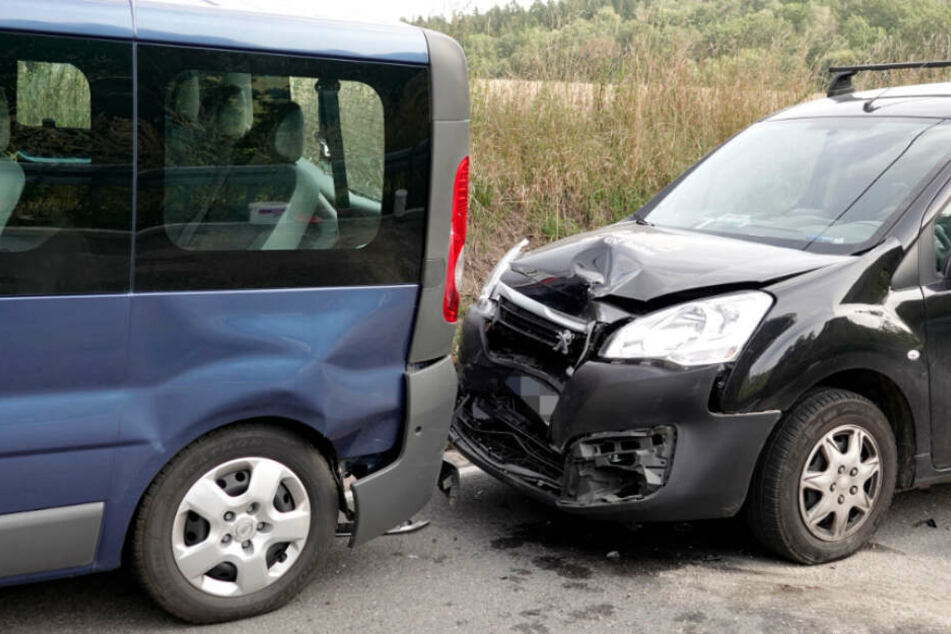 Peugeot-Fahrer kracht auf Kleinbus: Fünf Verletzte!