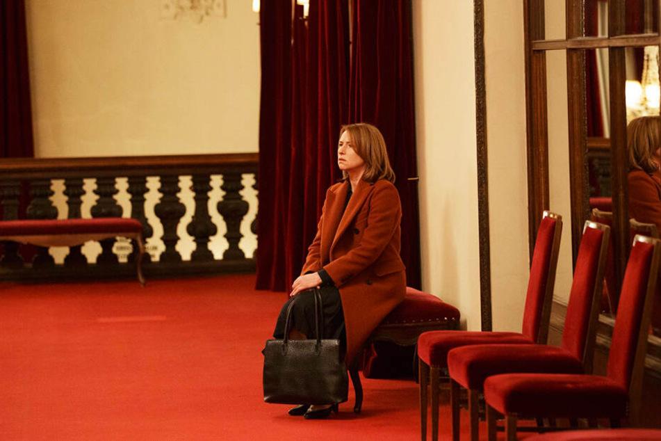 ...denn irgendwann muss Lara Jenkins (Corinna Harfouch) aus dem Saal. In diesem Moment sucht sie genau die Einsamkeit, die ihr sonst oft zu schaffen macht.