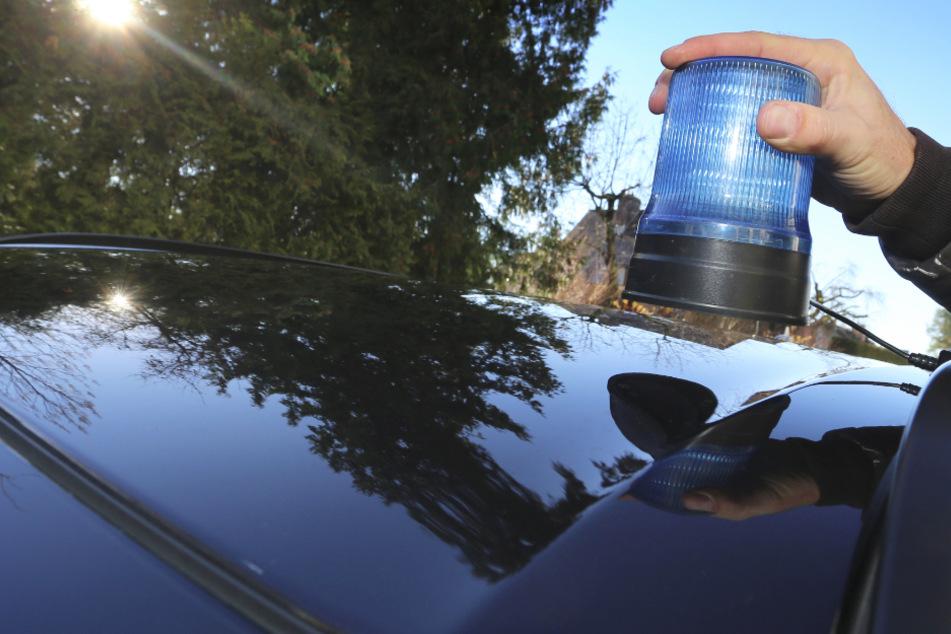 Einen mutmaßlichen falschen Polizisten haben Beamte der Autobahnpolizei in der Oberpfalz in Bayern festgenommen. (Symbolbild)