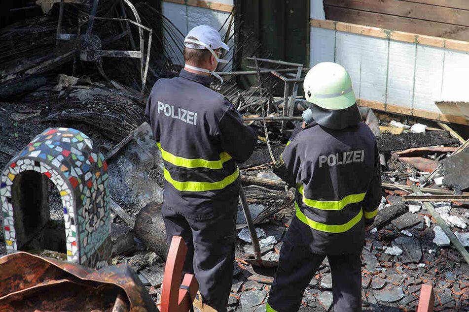 Tatortsuche: Die Brandermittler waren am Montag vor Ort in Jonsdorf.