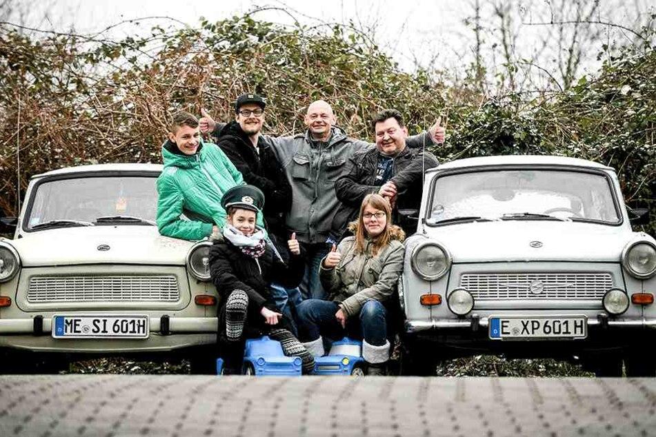 """Der Wahl-Essener Frank Borowitza (r.) und die Mitglieder des Trabi-Fanclubs """"Die Sachsenringe"""" aus dem Ruhrpott mit zwei ihrer Lieblinge."""