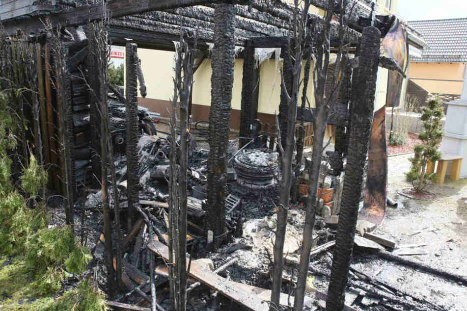Feuerwehr-Einsatz in Rabenstein: Audi und Carport abgebrannt