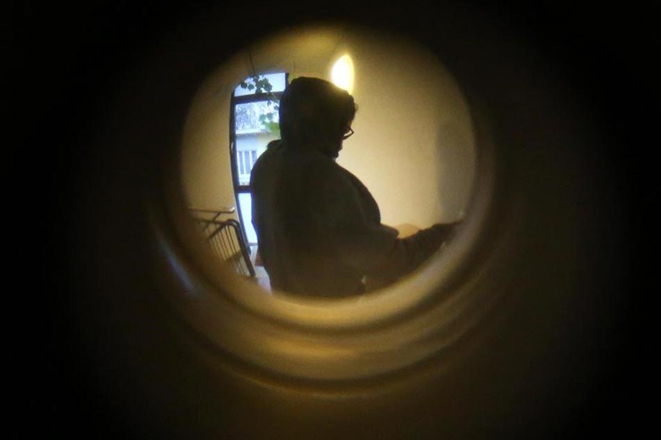 Der vermeintliche Polizist zeigte der Rentnerin einen Ausweis ohne Lichtbild, sie schenkte seinen Lügen Glauben. (Symbolbild)