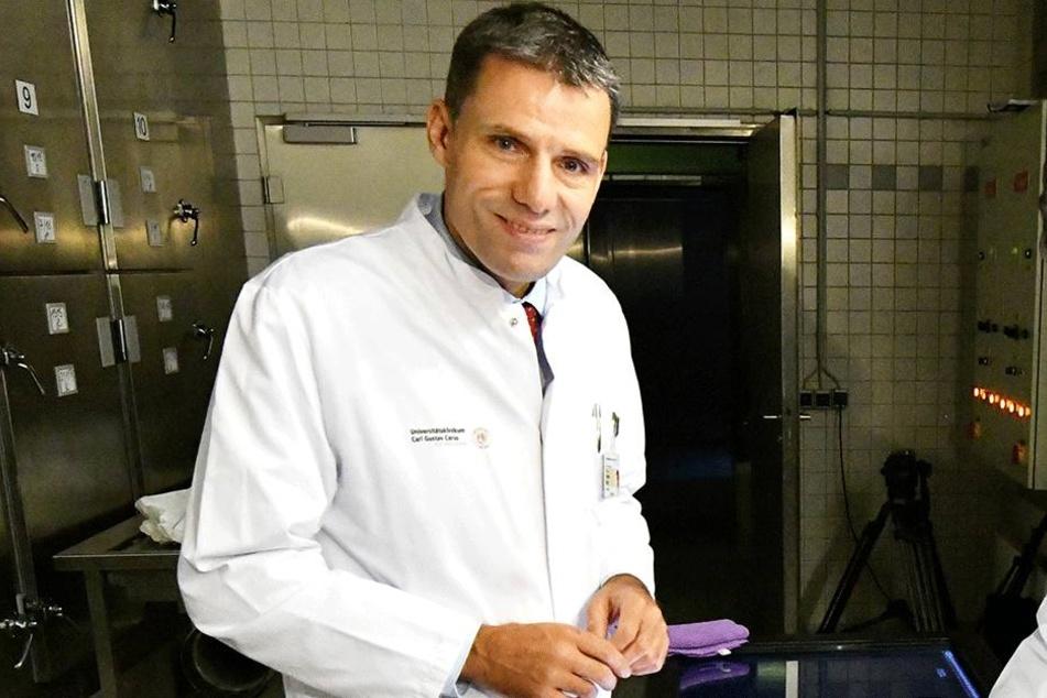 Organisierte das Leuchtsignal am Opernhaus mit und informiert vor Ort: Professor Jürgen Weitz (51), Direktor der Viszeral-, Thorax- und Gefäßchirurgie (VTG).