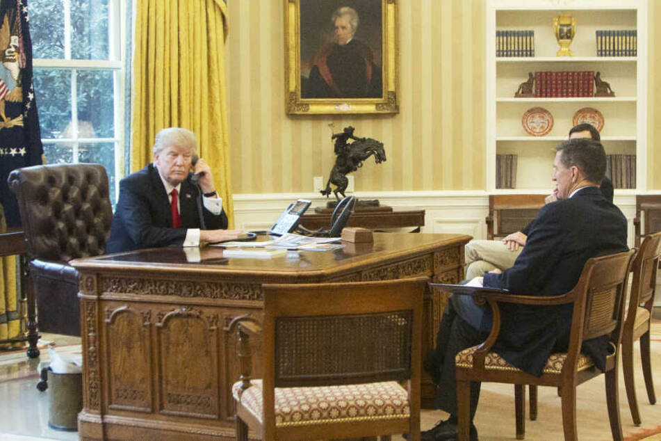 Flynn (re.) im Oval Office mit Donald Trump.