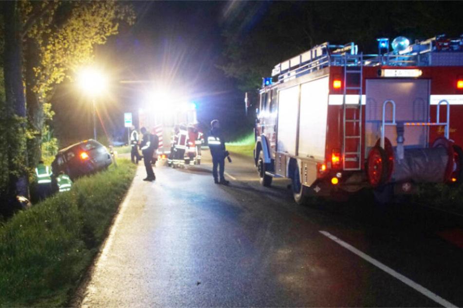 Einsatzkräfte an der Unfallstelle heute Nacht.