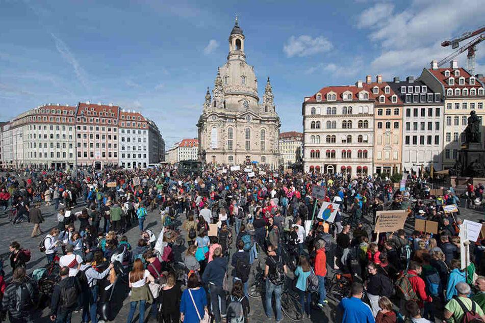 Teilnehmer einer Demonstration stehen mit Schildern und Transparenten auf dem Dresdner Neumarkt vor der Frauenkirche. Die Demonstranten folgen dem Aufruf der Bewegung Fridays for Future und wollen für mehr Klimaschutz kämpfen.