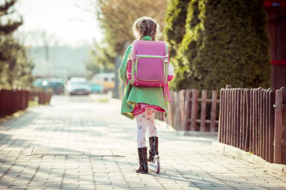 Das Mädchen war mit ihrem Roller auf dem Heimweg von der Schule, als ein Unbekannter sie festhielt.