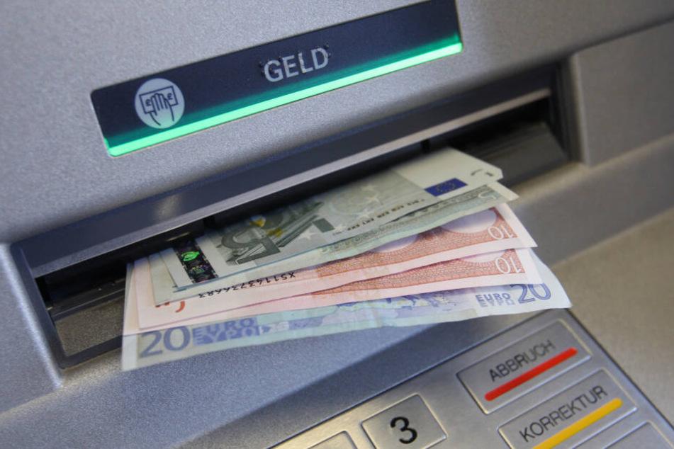 Die mutmaßliche Diebin holte bei einer Bank Geld ab.