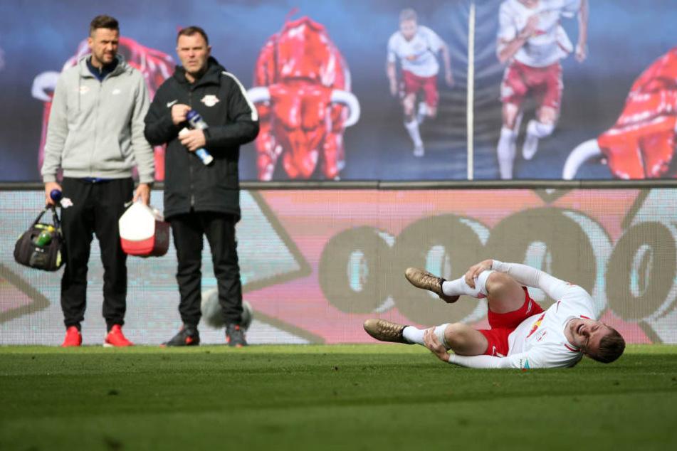 Bitterer Ausfall: Timo Werner verletzte sich nach knapp über einer Stunde am Knöchel, musste humpelnd vom Platz.. Die Teamärzte mussten warten, bis der Schiedsrichter sie zum Verletzten ließ.