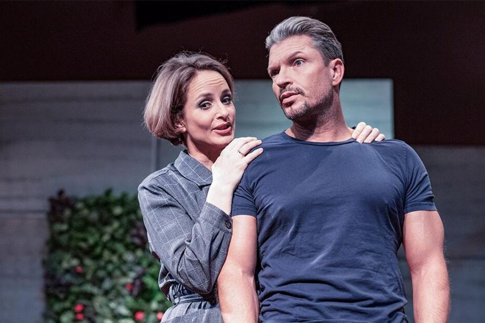 """Hardy Krüger jr. steht mit Lara Joy Körner in """"Die Niere"""" auf der Bühne der Comödie."""