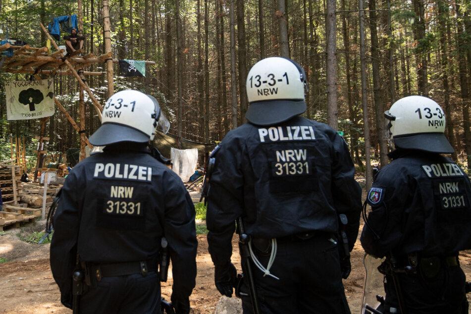 Attacke im Hambacher Forst: Vermummte werfen Steine auf Polizisten