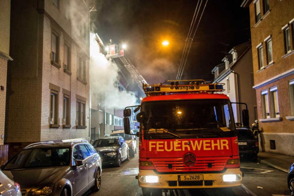Die Feuerwehr löschte den Brand, lüftete die Wohnungen des Hauses in der Süßener Straße.