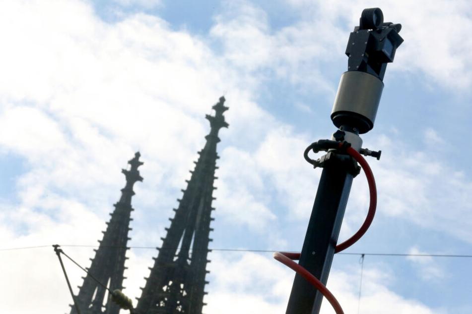Eine Überwachungskamera am Kölner Dom.