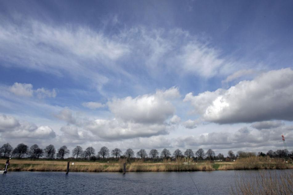 Weiße Wolken ziehen in Hamburg über die Dove-Elbe.