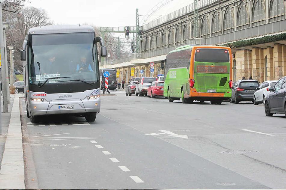 Am Busbahnhof vor dem Dresdner Hauptbahnhof stellte der Vize-Boss der Bundespolizei den Brötchendieb.