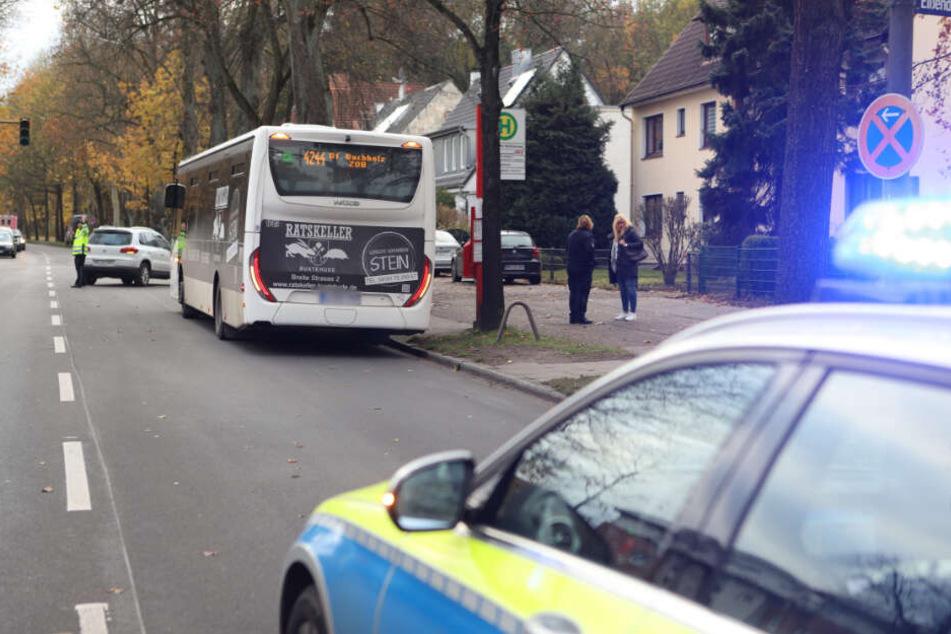 Das Unfallauto ist hinter dem Bus zu sehen.