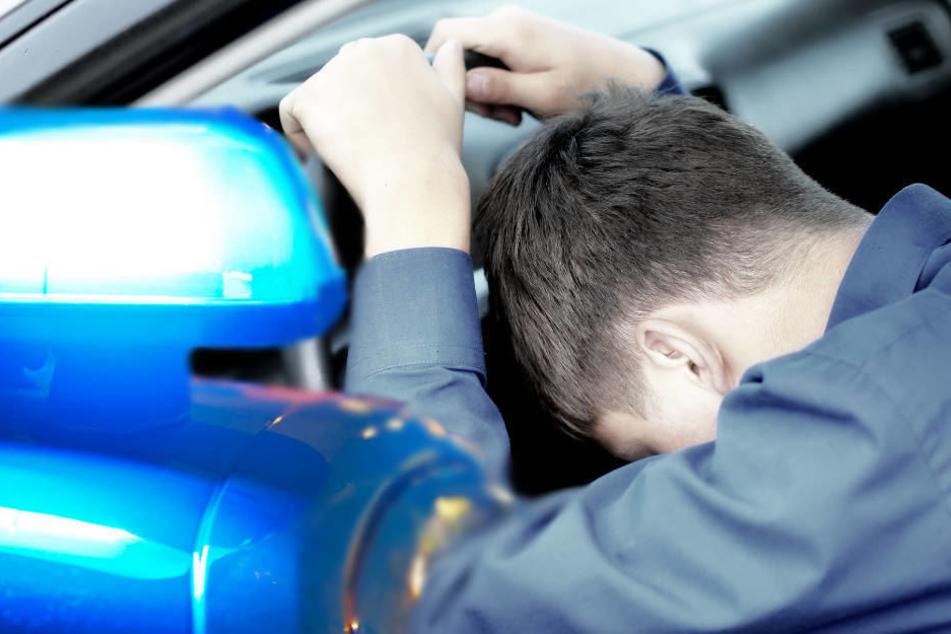 Die Polizeibeamten fanden den Fahrer in seinem Wagen vor.