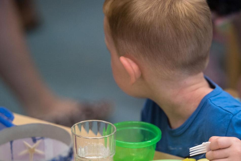 Ein kleiner Junge wäre in München beim Abendessen fast gestorben. (Symbolbild)