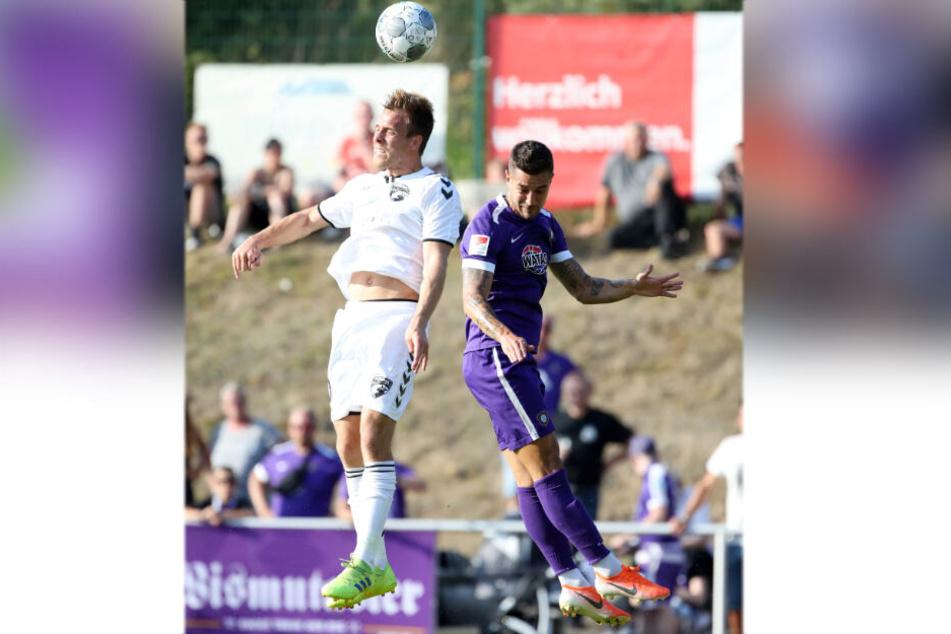 Aues Linksverteidiger Filip Kusic (r.), hier gegen Anders Holvad vom dänischen FC Fredericia, soll nach TAG24-Informationen ausgeliehen werden.