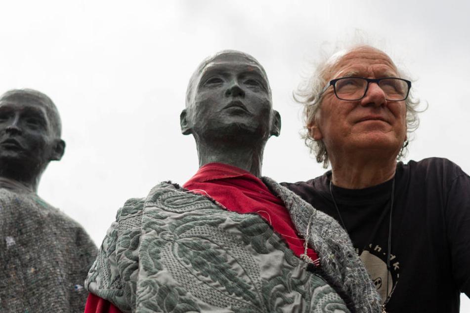 "Der dänische Künstler Jens Galschiot bei ""seinen"" Kupfer-Statuen."