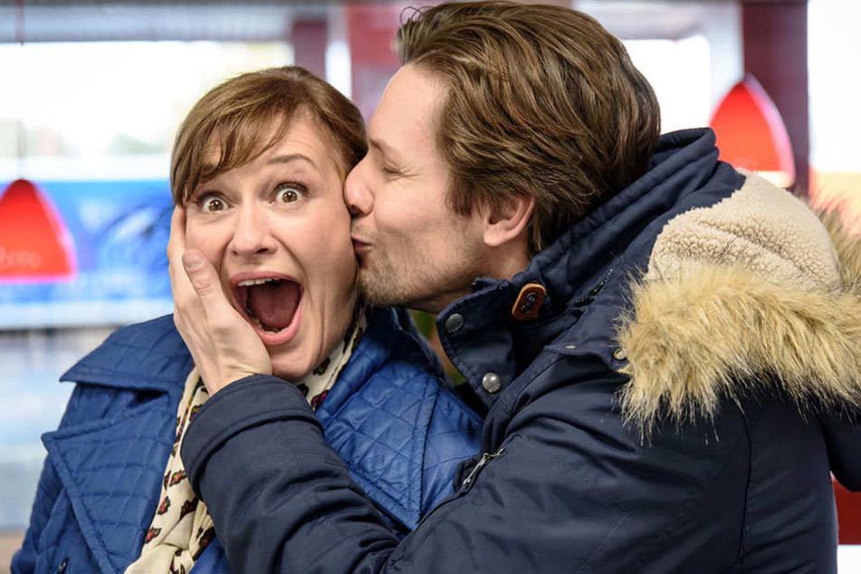Yasmina (Andreja Schneider) steht dem verzweifelten Hannes (Bert Tischendorf) als Haushaltshilfe und Rechtsanwaltsgehilfin mit Rat und Tat beiseite.
