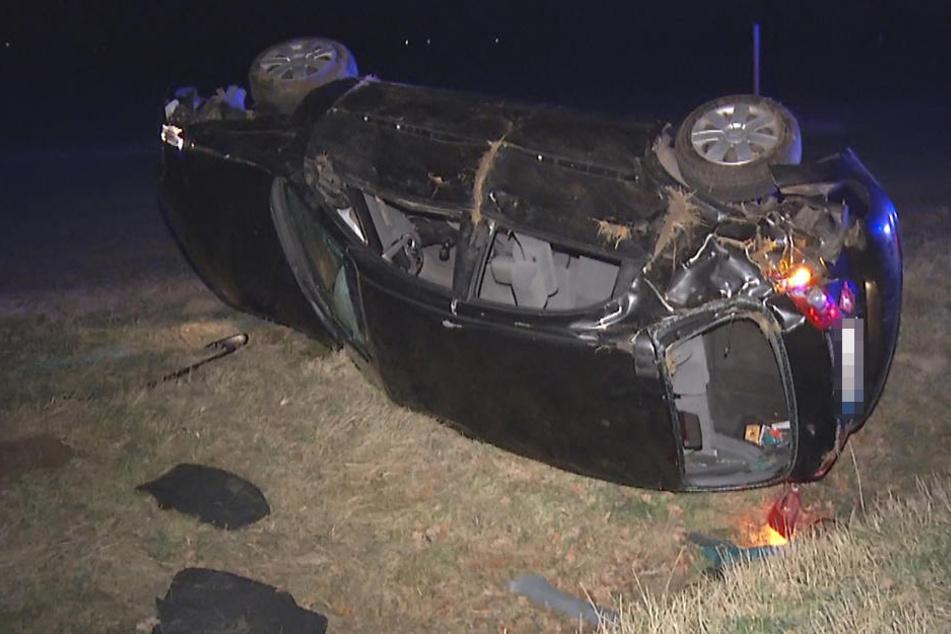 Der Chevrolet blieb auf der Seite liegen, die drei Insassen wurden verletzt.