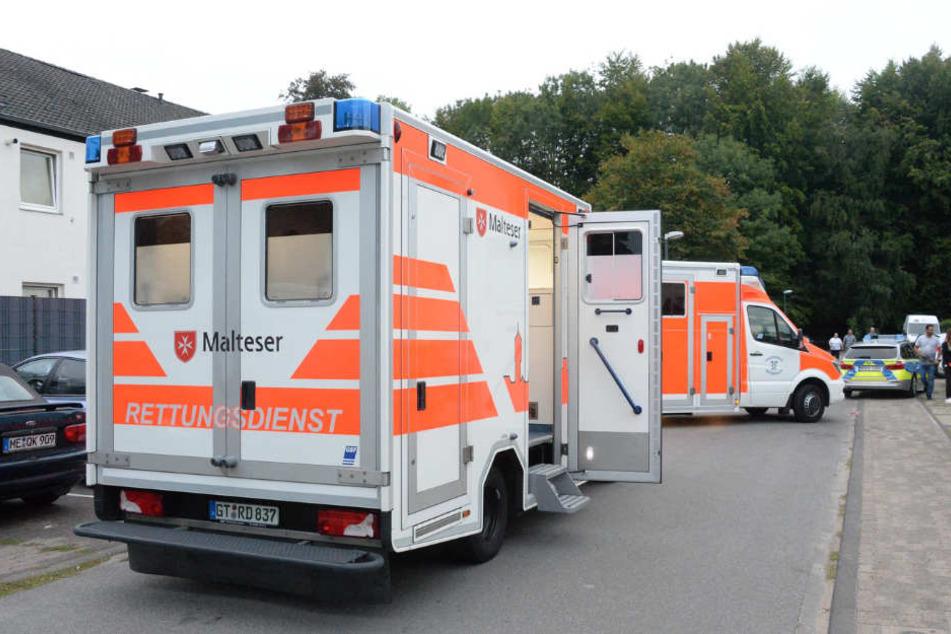 Auch mehrere Rettungswagen wurden am Tatort in Position gestellt.
