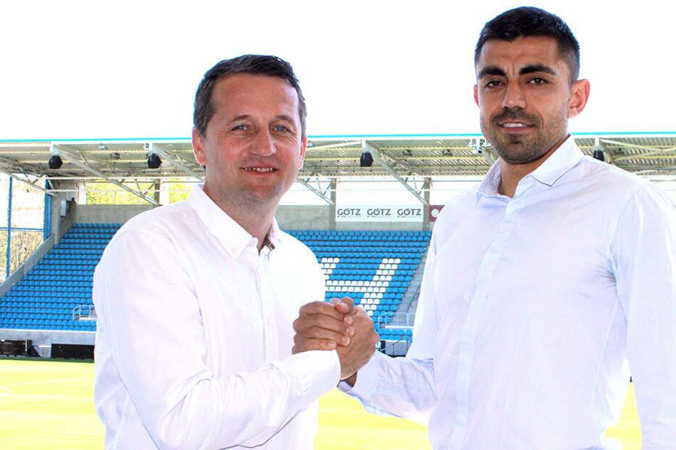 Georgi Sarmov (33) bei der Präsentation im weißen Hemd, genau wie Sportdirektor Thomas Sobotzik.