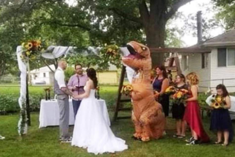 Im Dinosaurierkostüm dürfte noch nie eine Trauzeugin aufgelaufen sein.