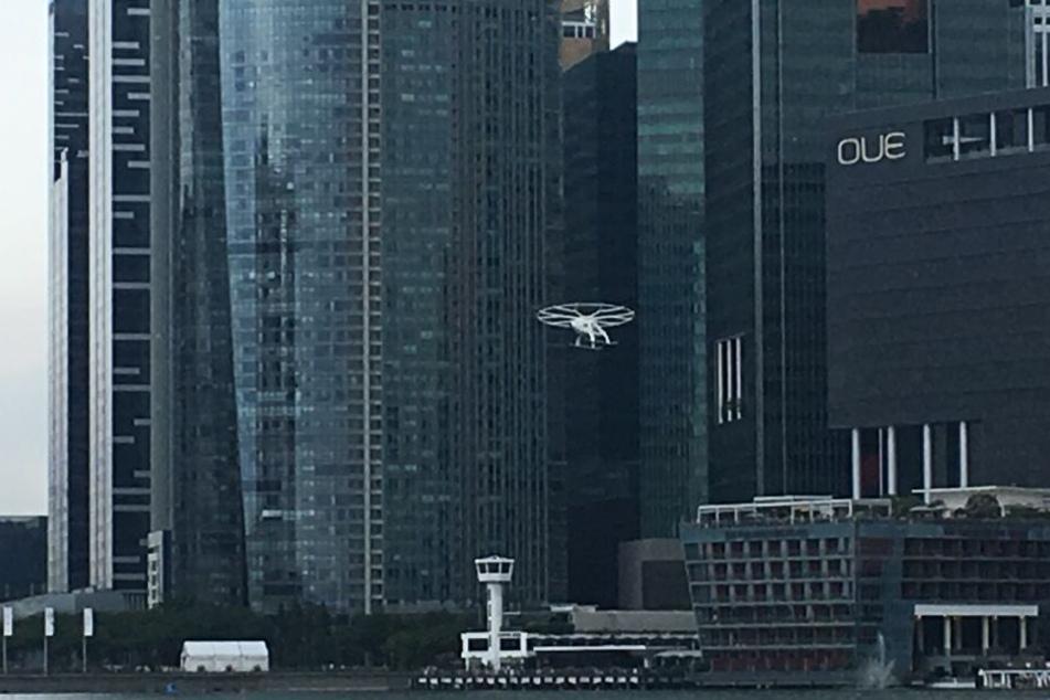 Der Volocopter 2X startet zum ersten öffentlichen Testflug. Der deutsche Hersteller Volocopter hat mit dem Flugtaxi erfolgreich einen bemannten Testflug absolviert.