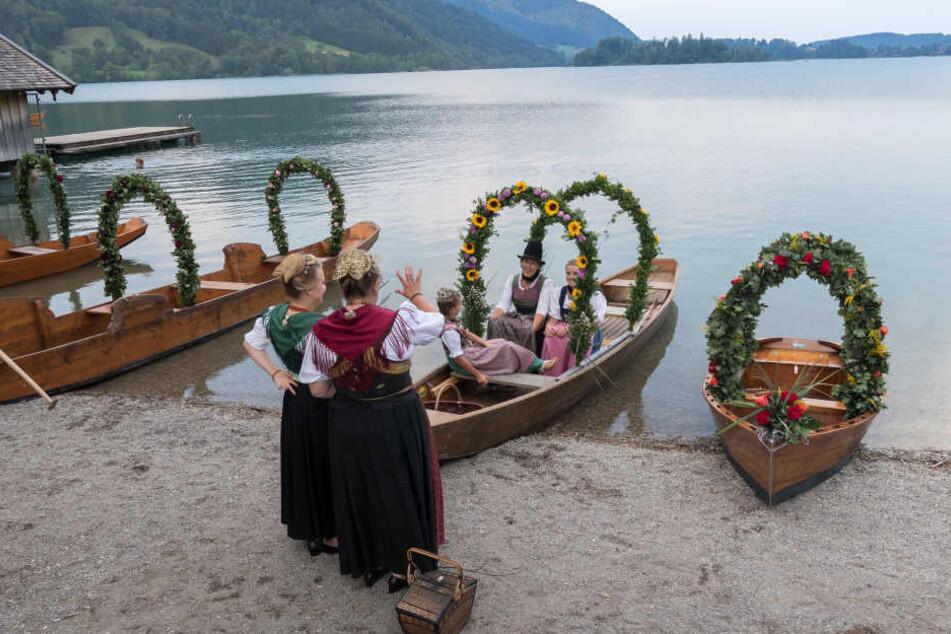 Die Ruderboote sind reich mit Blumen geschmückt.