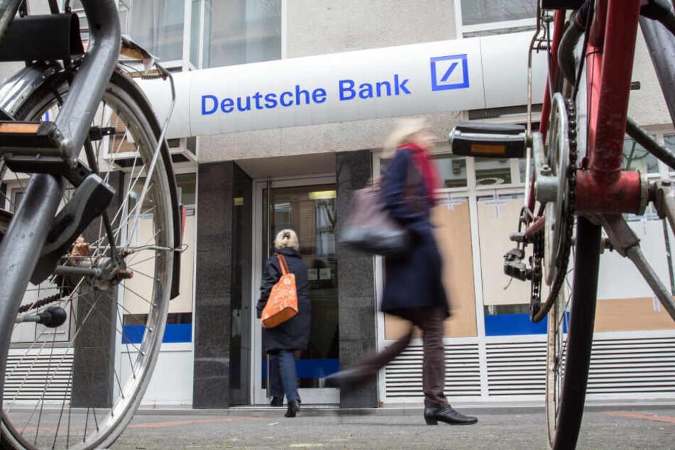 Rund 8000 Berliner und Brandenburger Bankangestellte legen am Freitag die Arbeit nieder (Symbolbild).