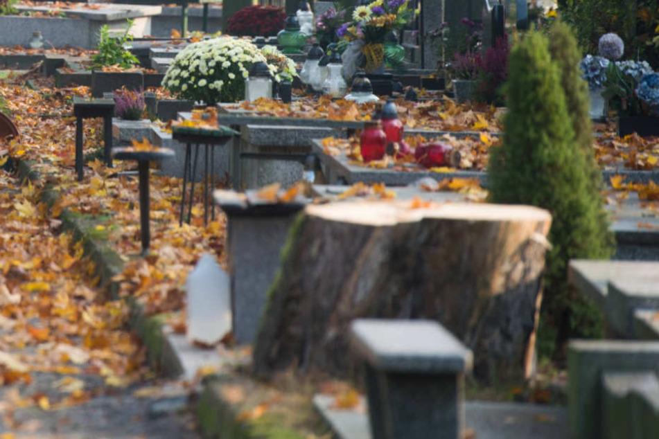 Auf den Gräbern stand ein zukünftiges Datum (Symbolfoto).