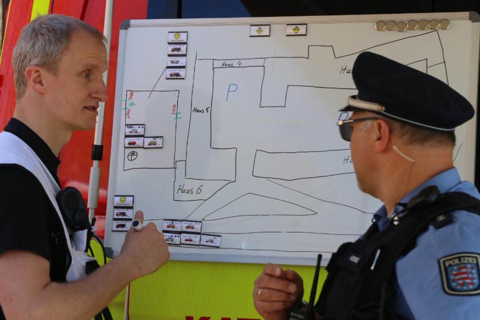 Einsatzkräfte besprechen vor Ort das weitere Vorgehen.