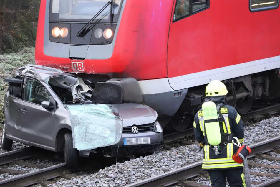 Frau verwechselt Gleise mit Straße: Zug erfasst Auto frontal