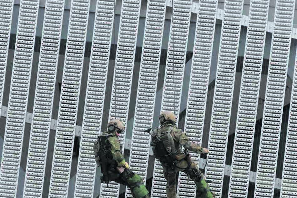 Mit dem Seil kletterten KSK-Männer gestern die Fassade des Keils hinab.