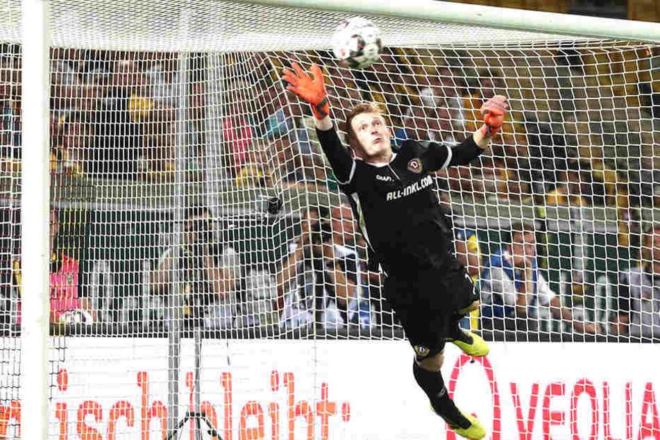 Mit dieser Glanzparade nach dem Freistoß von Duisburgs Kevin Wolze verhinderte Dynamo-Torwart Markus Schubert den Ausgleich.