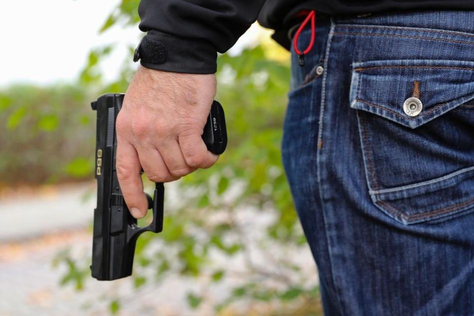 Die mutmaßlichen Täter bedrohten das Pärchen mit einer Pistole. (Symbolbild)