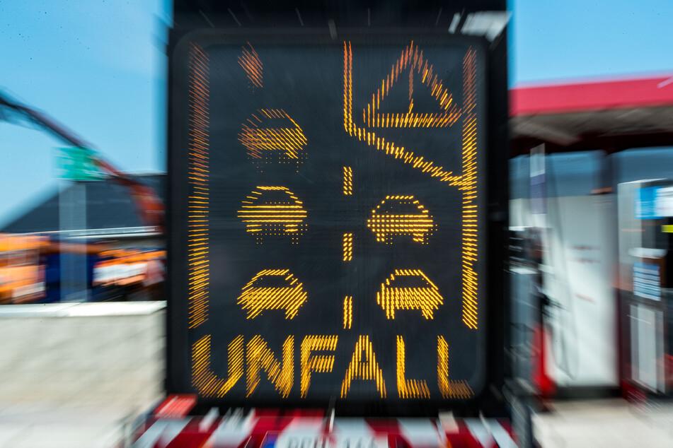 Ein Sicherungsanhänger mit einer elektronischen Warnung vor einem Unfall auf der Autobahn.