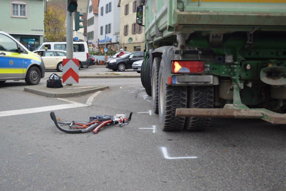 Völlig demoliert liegt das Fahrrad der 78-Jährigen auf der Fahrbahn.