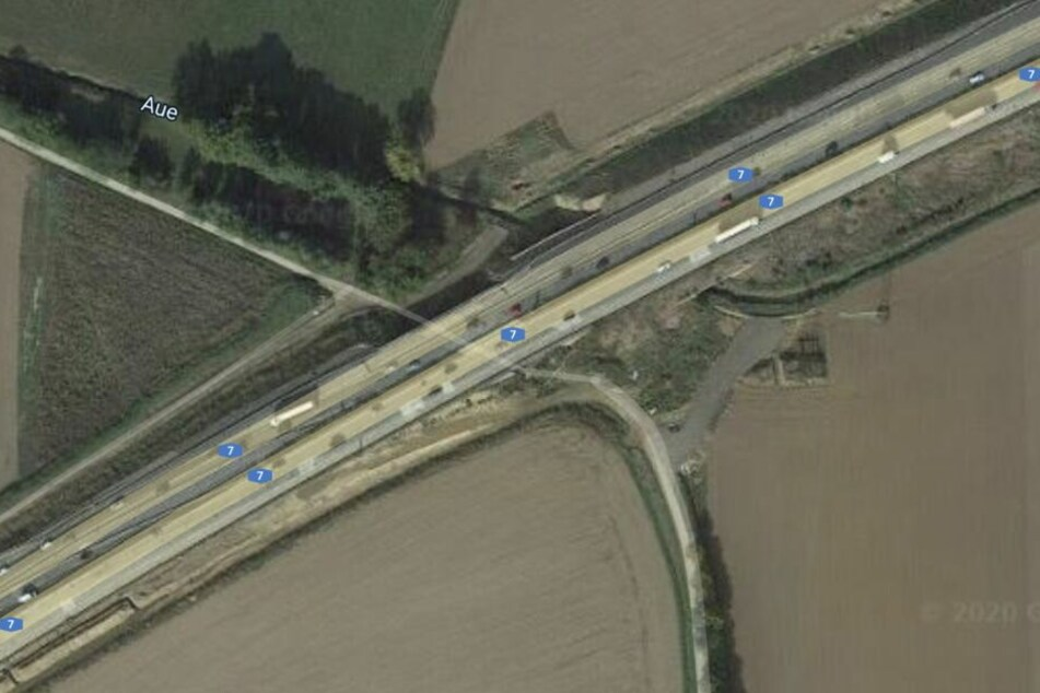 Beim Passieren der A7-Brücke knallte der 22-Jährige gegen die Brücke.