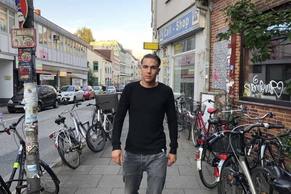 """Regisseur Julian Behrens (30) geht durch """"sein"""" Viertel Ottensen, das in Hamburg-Altona liegt. Hier spielt auch sein Film."""