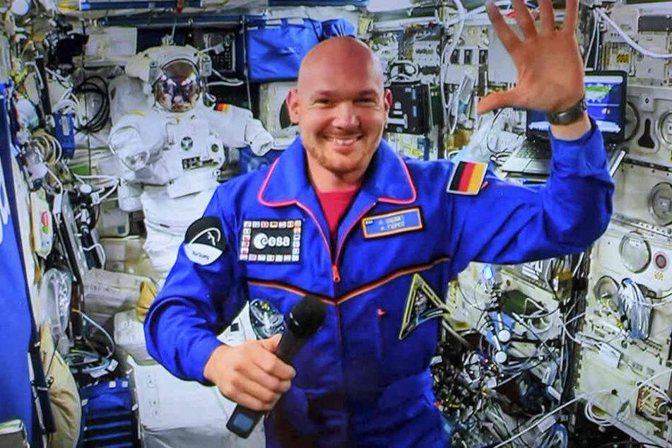 Seit Anfang Juni kreist Astro-Alex an Bord der ISS durchs All. Immer wieder meldet er sich dabei per Liveschalte oder Funkverbindung bei interessierten Erdlingen wie jetzt in Dresden.