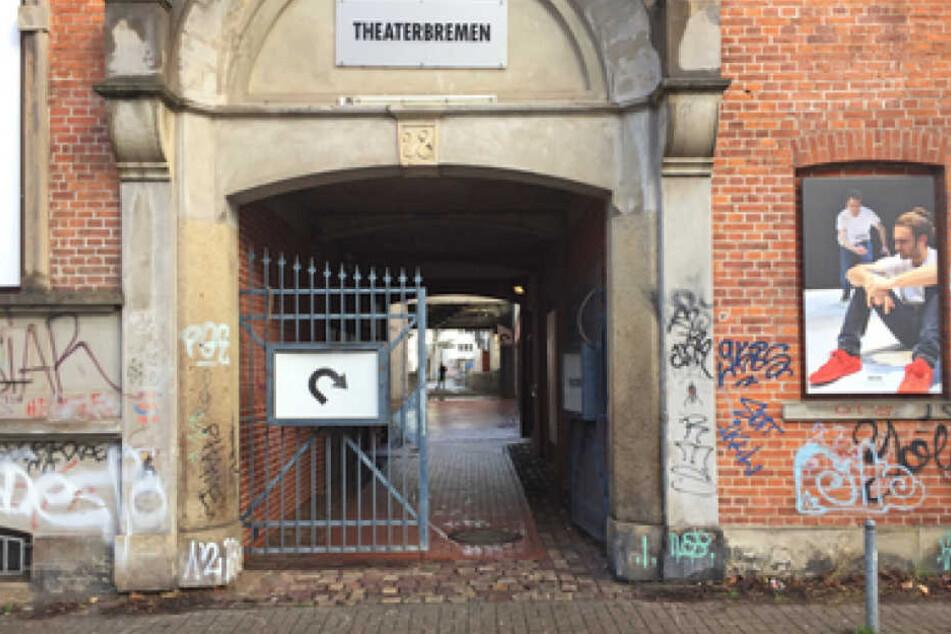 In diesem Durchgang zu einem Bremer Theater hatten unbekannte den AfD-Abgeordneten Magnitz von hinten angesprungen.